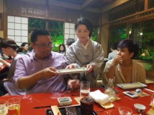 """Câu trả lời """"đắt giá"""" của đầu bếp nhà hàng lươn 227 năm tuổi ở Tokyo"""